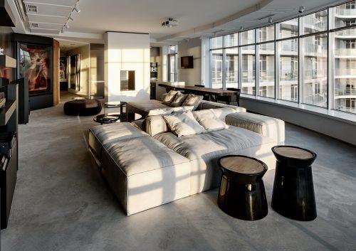 In deze woonkamer kan je middels het panoramaraam optimaal genieten van het uitzicht!