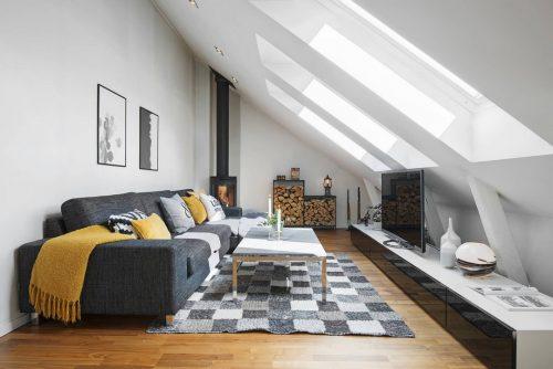 Een woonkamer op zolder