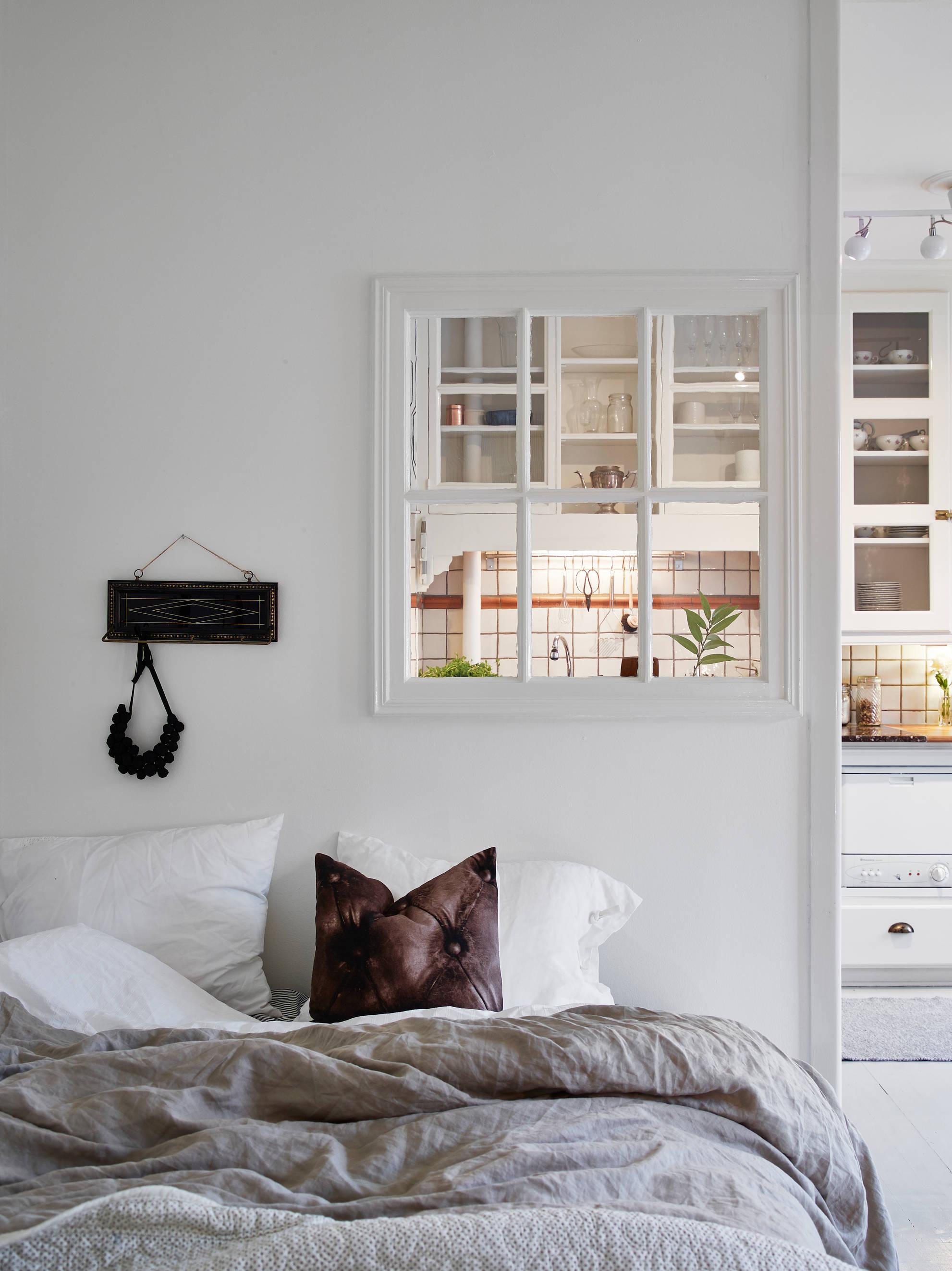 Woonkamer, slaapkamer en open keuken combinatie in klein appartement van 35m2
