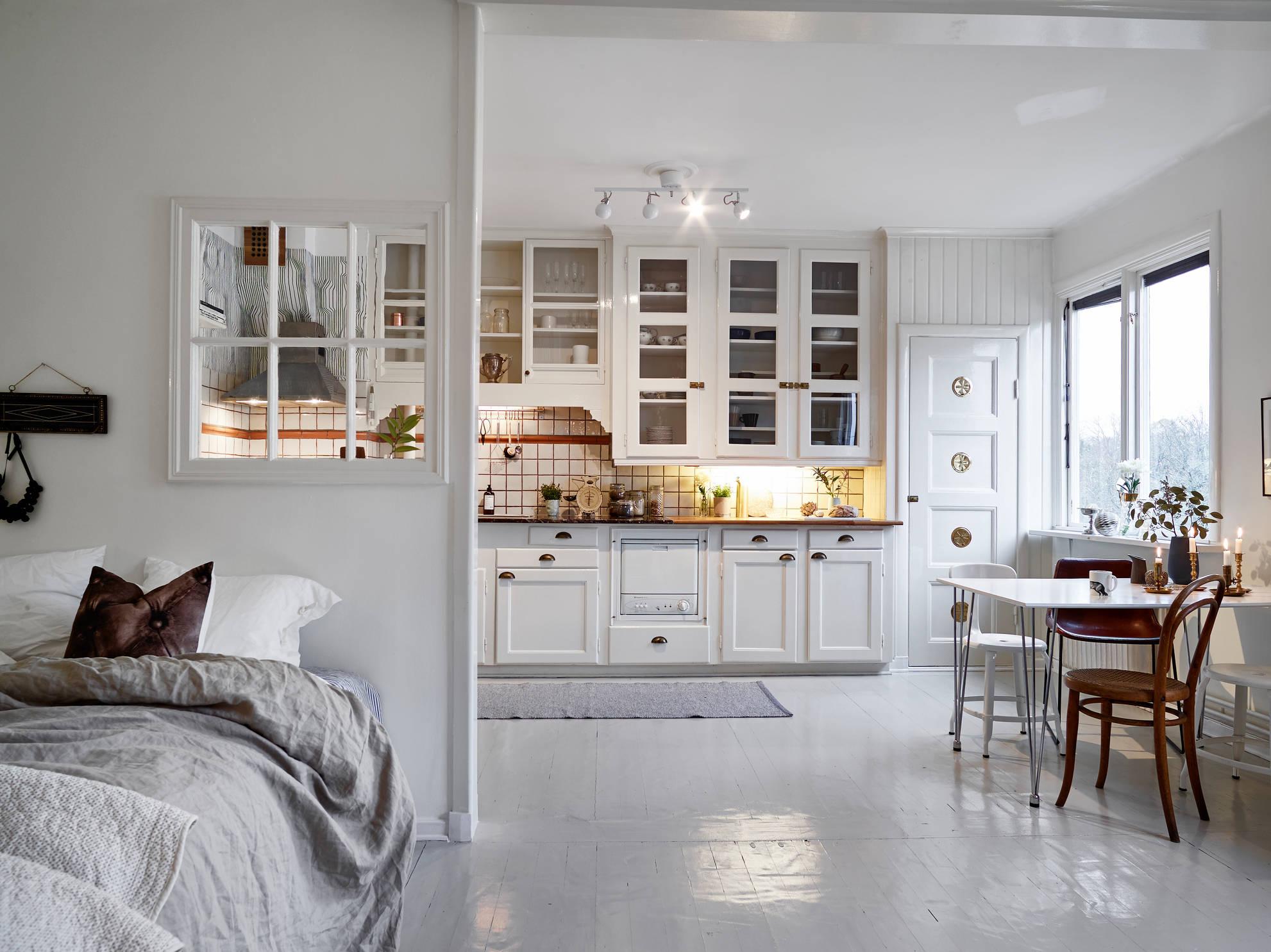 Woonkamer slaapkamer en open keuken combinatie in klein