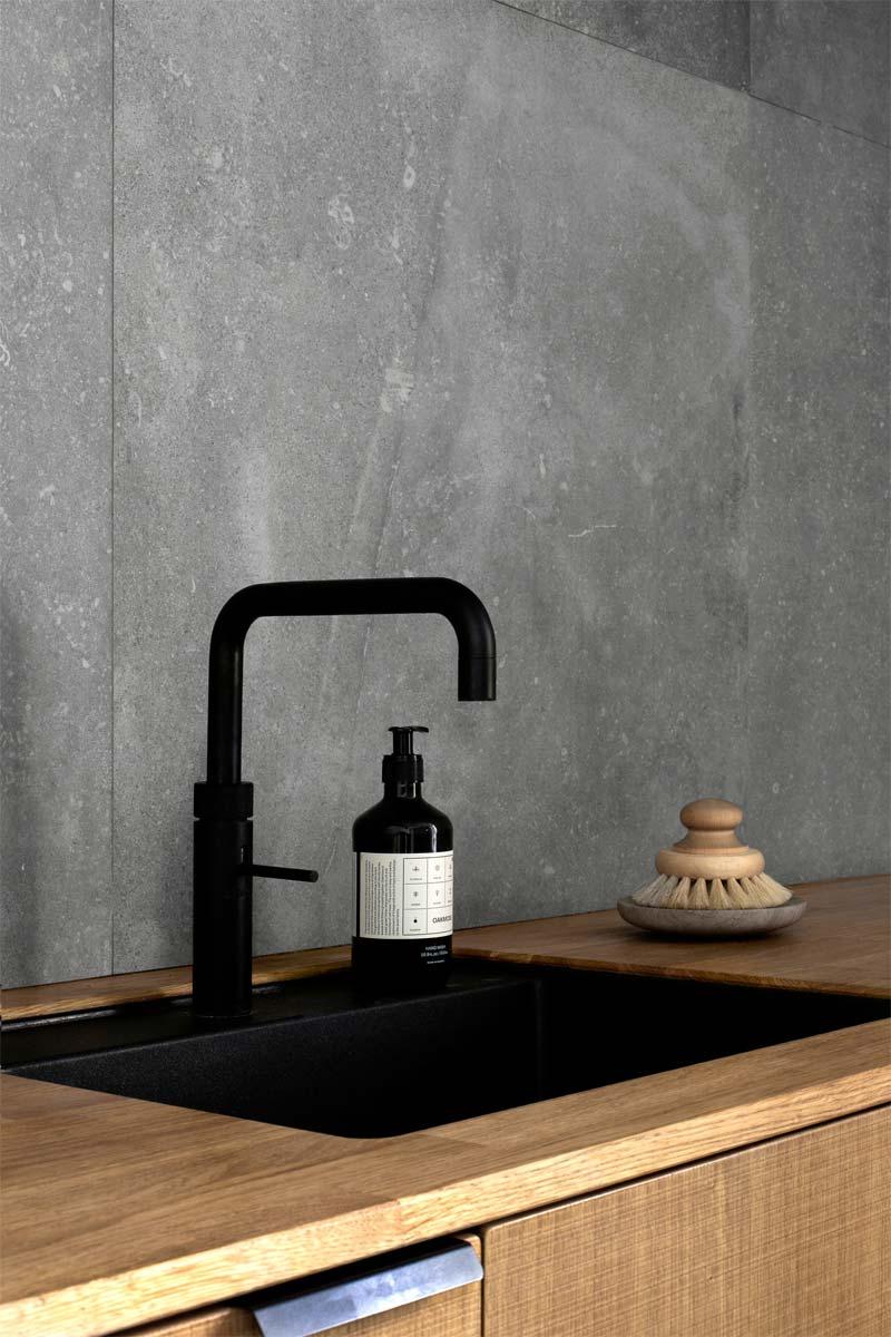 woontrends 2021 houten keuken zwarte kraan