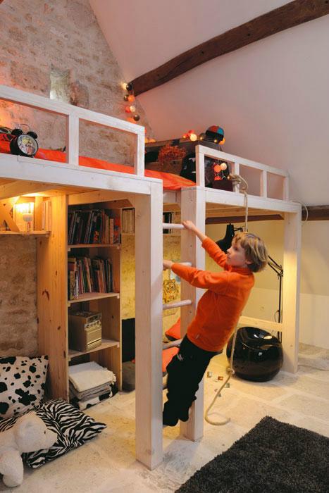 In deze zolder slaapkamer hebben ze een op maat gemaakte hoogslaper gecreëerd!