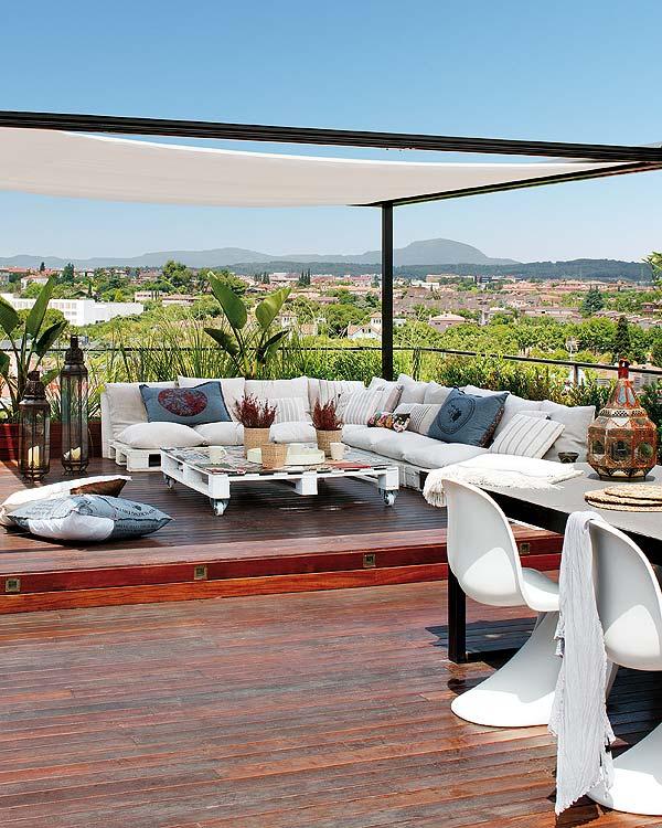 Zonnig dakterras van een penthouse appartement in Barcelona