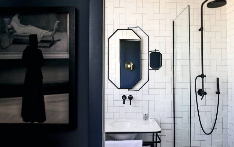 zwarte-douchekop-witte-badkamer
