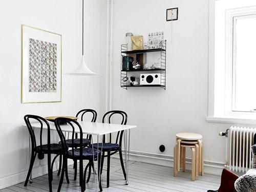 Zwarte keuken in een Scandinavisch wit appartement