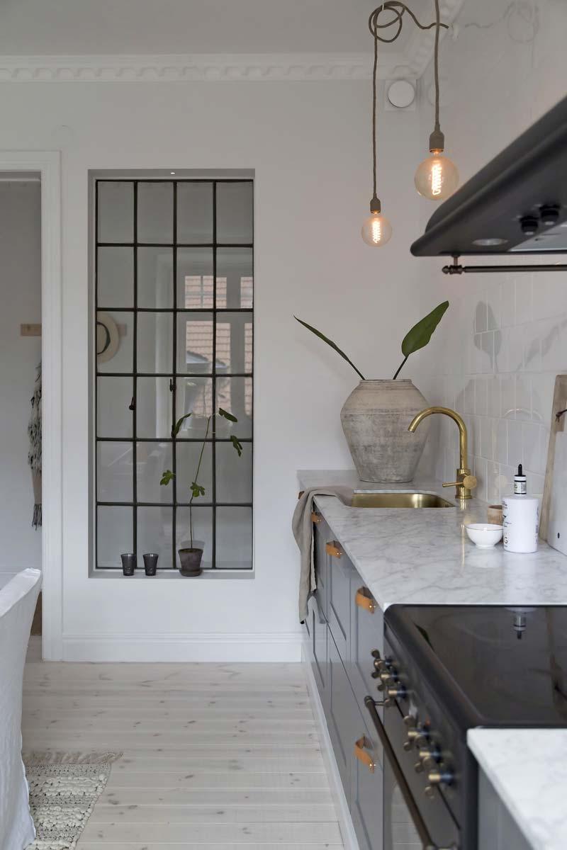 Zwarte kozijnen Doorkijk tussen hal en keuken