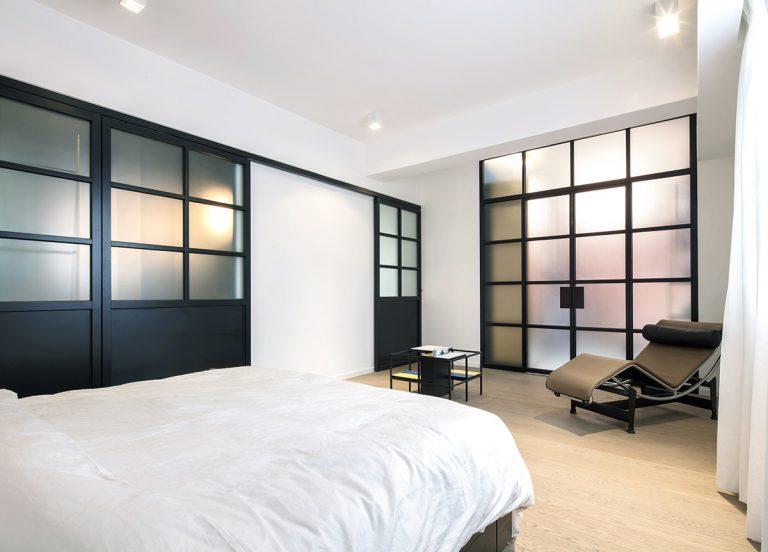 zwarte stalen deur met matglas