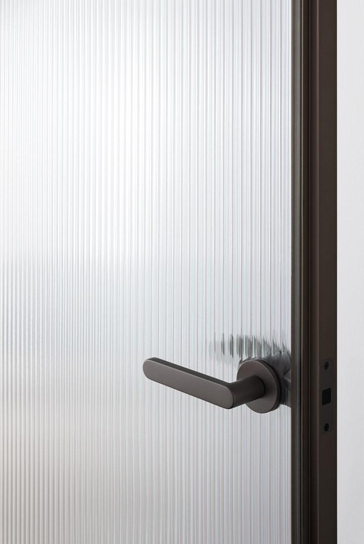 zwarte stalen deur met ribglas