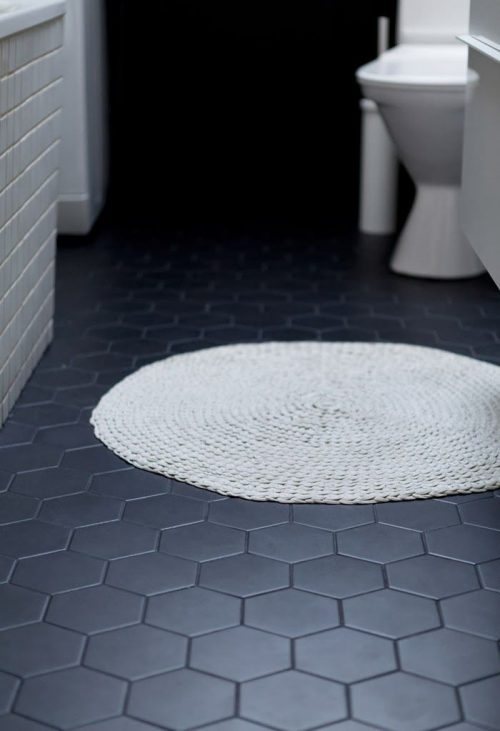 Zwarte tegels in badkamer