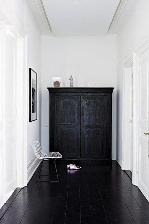 Zwarte vloer in de hal