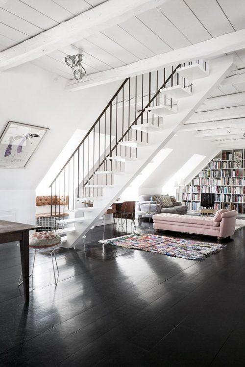 Zwarte vloer in de woonkamer